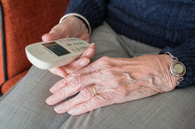 anciano sosteniendo un teléfono. Teleasistencia Atés a Casa