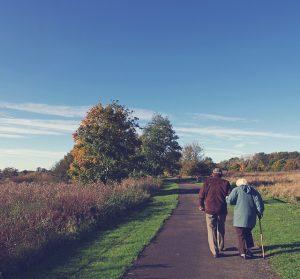 Una pareja de ancianos paseando por el campo. Actividades baratas para la tercera edad.