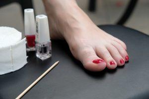 Detalle de un pie con las uñas pintadas tras una pedicura a domicilio