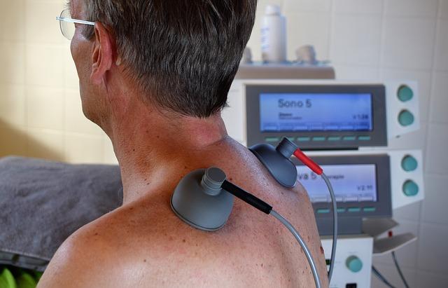 persona mayor recibiendo un tratamiento de ultrasonidos. Fisioterapia para la tercera edad